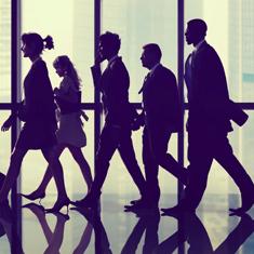 profile de gens d'affaire qui marche