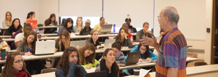 Un professeur devant une classe pleine d'étudiants