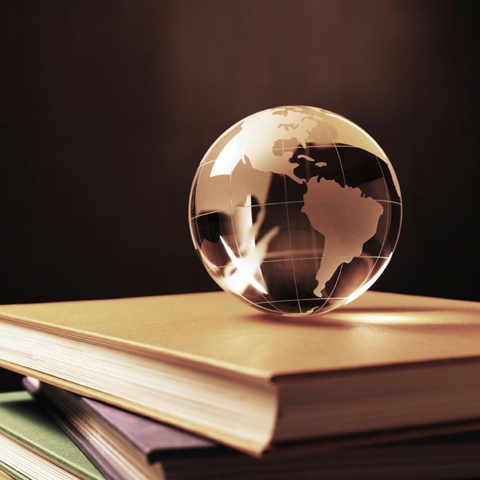 Globe sur quatre livres