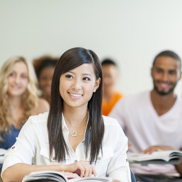 Étudiante asiatique de premier cycle en classe