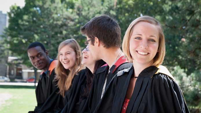 étudiants qui rit habillés en toges de collation