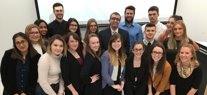 L'ambassadeur d'Azerbaïdjan avec un groupe d'étudiants