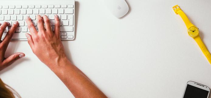Main sur un clavier