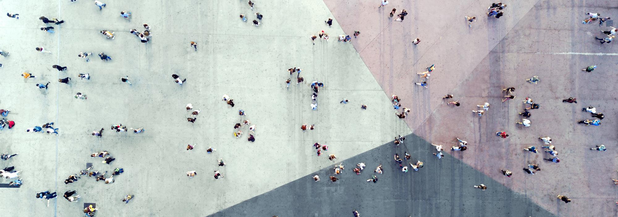 photo aerial d'une groupe de personnes dehors