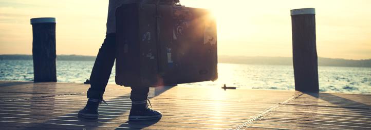 Personne avec valise à la main sur un quai