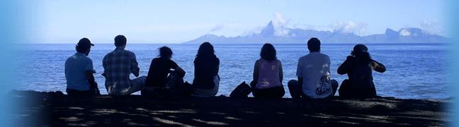 Étudiants et étudiantes de la Faculté des sciences sociales assis dos à nous, regardant le monde