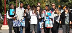 groupe de futurs étudiants et parents qui visite le campus