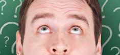 partie d'une face d'un homme avec des points d'interrogation autour de sa tete