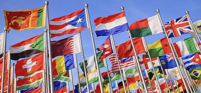 drapeaux internationaux battant sur les mâts de drapeau