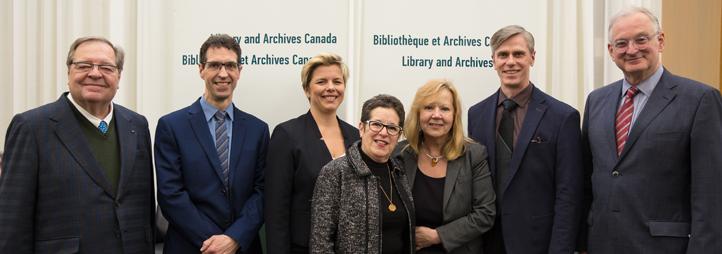 De gauche à droite : Guy Berthiaume (bibliothécaire et archiviste du Canada), Jean-Pierre Corbeil (Statistique Canada), Stéphanie Gaudet (directrice du CIRCEM), Anne Gilbert (professeure émérite et cofondatrice du CIRCEM), Catherine Bélanger (veuve de Mau