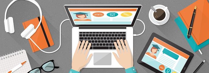 Vue aérienne d'un bureau d'étudiant montrant ordinateur, cahier de note, casque d'écoute et tasse de café
