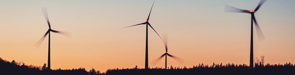 Quatre éoliennes
