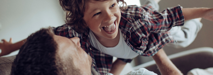 Papa qui joue à l'avion avec son fils