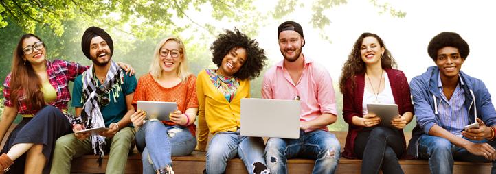 diverse étudiant qui étudie sur le campus