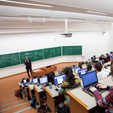 Professeur enseigne dans une salle de classe