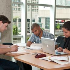 Étudiants qui étudient
