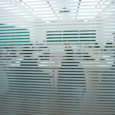 Groupe d'étudiants assis à des bureaux pour étudier
