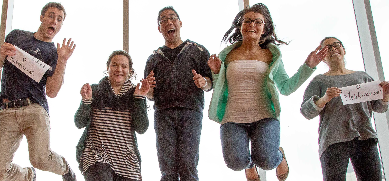 groupe d'étudiants qui saute de joie