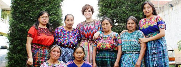 une étudiante avec son groupe de stage à l'international