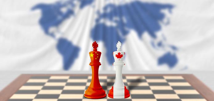 Les rois d'échecs chinois et canadiens face à face sur un échiquier