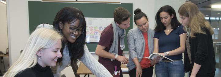 Groupe d'étudiants qui discutent ensemble