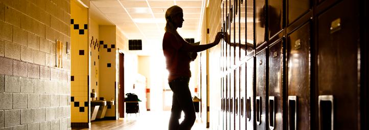 Silhouette d'une étudiante près des casiers