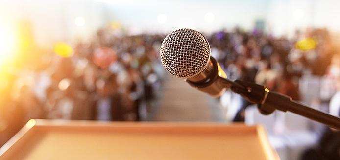 podium avec micro devant une foule