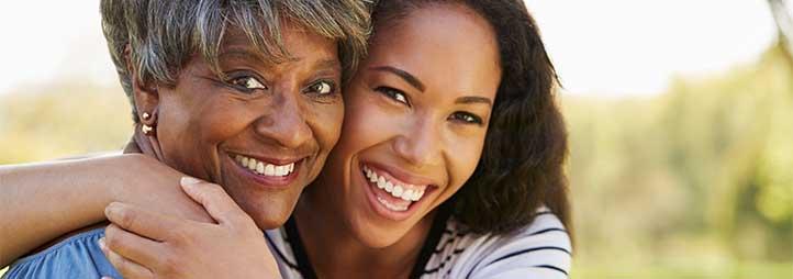 deux femmes qui se donnent un calin