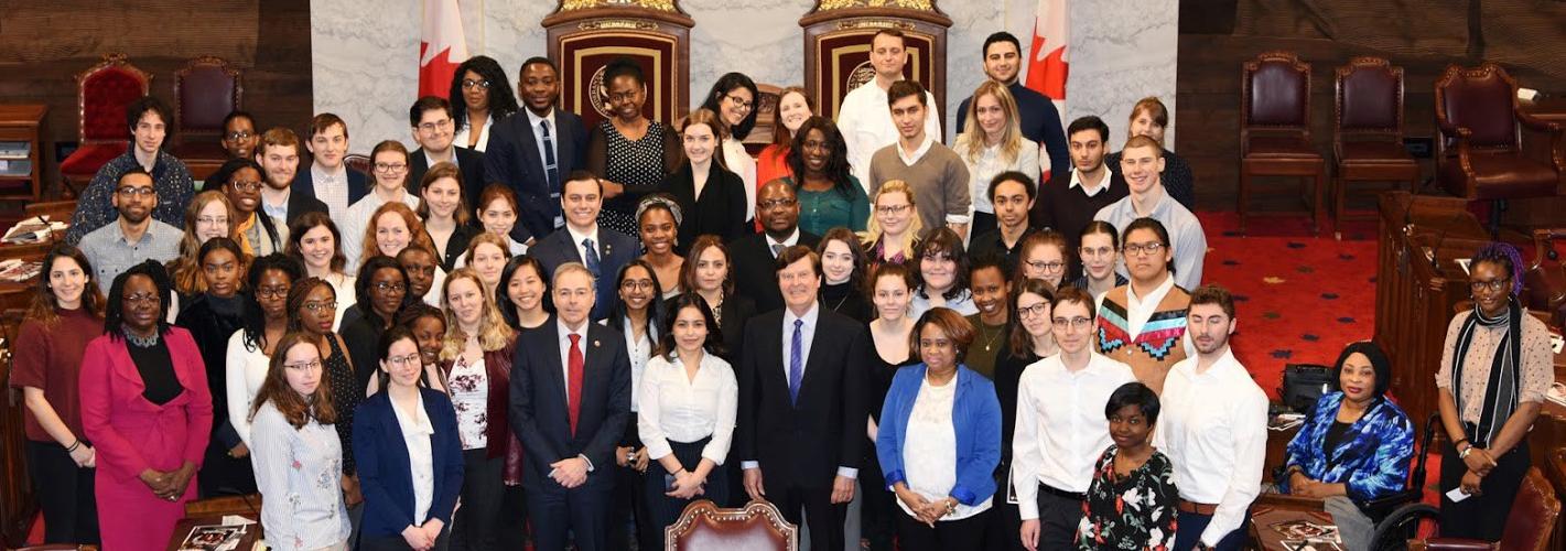 Groupe d'étudiantes au Sénat