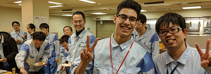 Sheldon Harrison, étudiant coop (au centre) avec des collègues de Dai Nippon Printing Co. Ltd., Chiba (Japon)