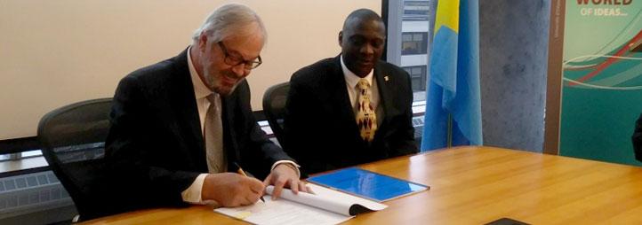 Maurice Lévesque, doyen de la Faculté des sciences sociales de l'Université d'Ottawa et M. Clément Mbikay M. Muswal Muswaluendu, Représentant du Ministère des Finances de la République Démocratique du Congo et Chef de la délégation