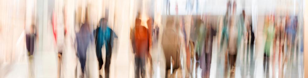 Image floue de plusieurs personnes qui marchent