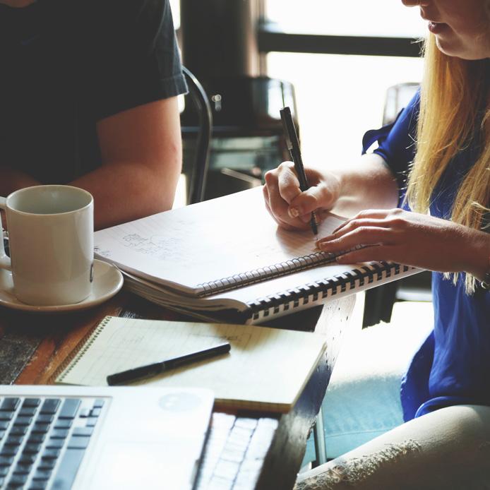 Étudiants qui discute autour d'une table