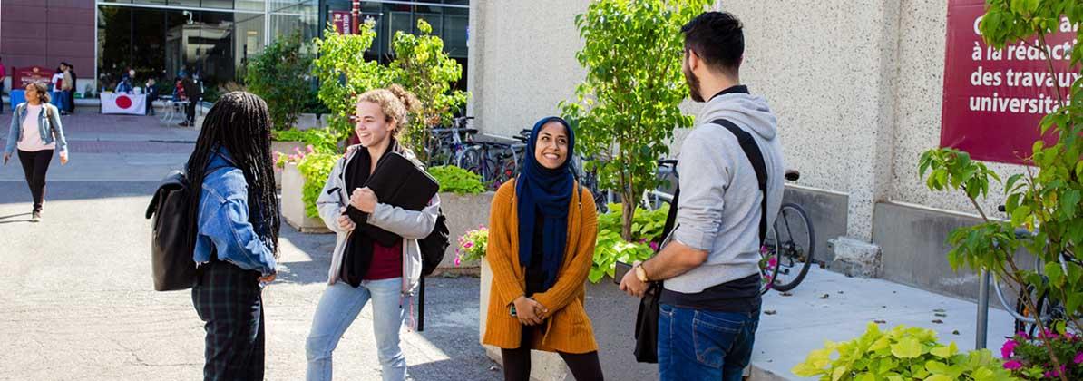 Groupe d'étudiante parlent dehors