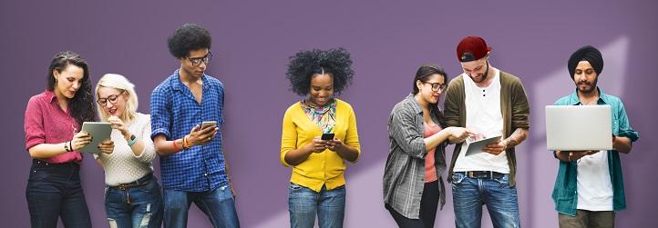 Étudiants internationaux qui consultent leurs appareils intelligents
