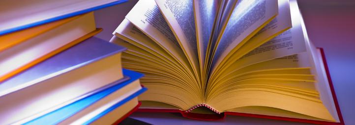 plusieurs livres à côté d'un livre ouvert