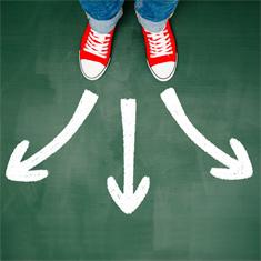 paire de chaussures rouges avec trois flèches pointant dans des directions différentes
