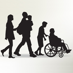 famille marchant avec personne âgée en fauteuil roulant