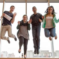 étudiant qui sautent avec joie