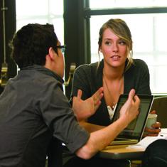 deux étudiants discutant autour d'une table