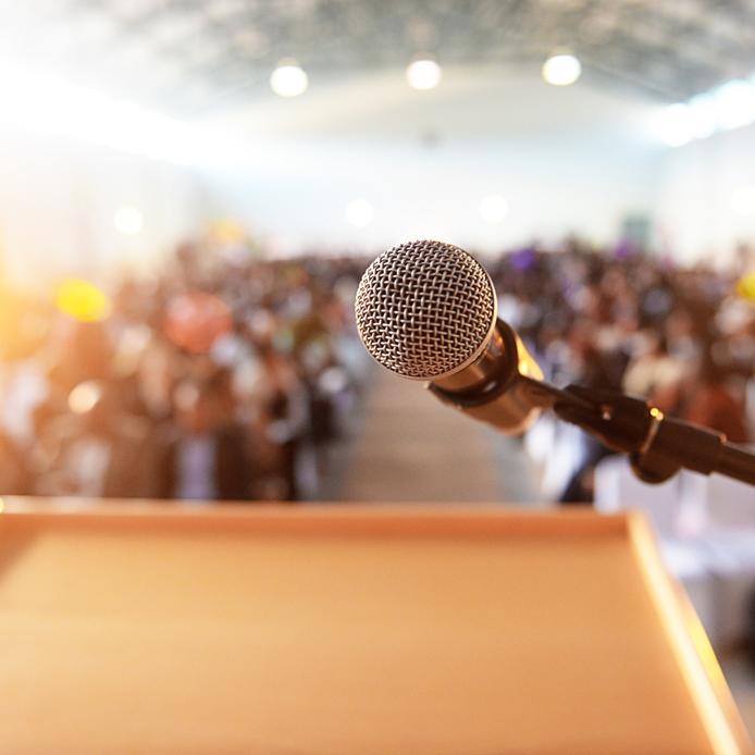 Podium avec un microphone devant un audience