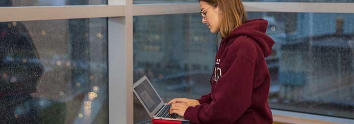 Fille assis avec un laptop