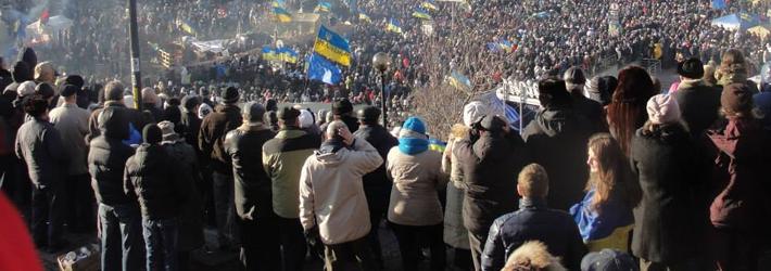 Euromaidan prise depuis le sommet d'une colline qui montre des dizaines de milliers de manifestants