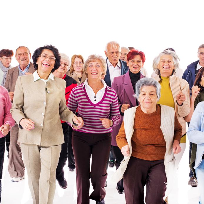Groupe de personnes âgées marchant